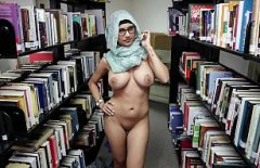 The Naked Diva Has Sex In The Library With A Perverted Man